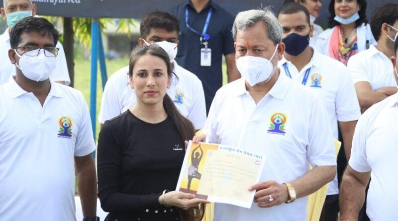 मुख्यमंत्री श्री तीरथ सिंह रावत ने अन्तरराष्ट्रीय योग दिवस के अवसर पर उत्तराखण्ड आयुर्वेदिक विश्व विद्यालय परिसर में योगाभ्यास किया।